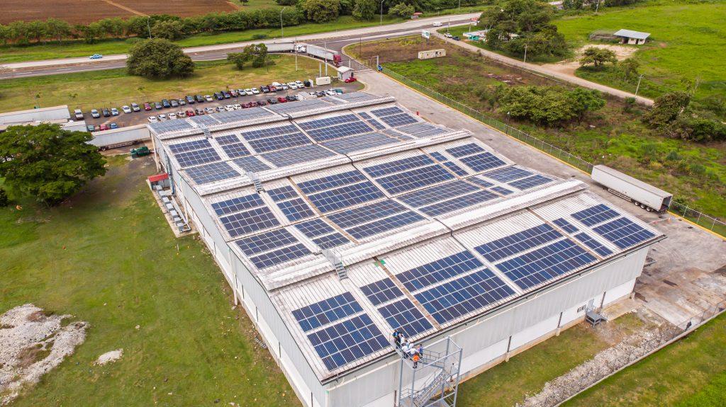 Celsia instala paneles solares en centro de distribución de Dicarina en Panamá